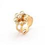 Inel cu marimea reglabila placat cu aur cu partea superioara floare cu petale rotunde cu perle de culoarea sampaniei